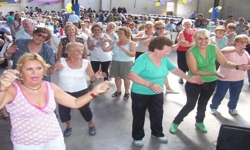 Ancianos realizando actividades sociales