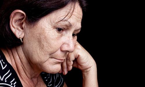 Anciana con tristeza profunda